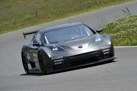 テクニカルな袖ヶ浦フォレストレースウェイを滑るように走る「リーフ ニスモ RC」。「RC」とは「レーシング・コンペティション」の意。