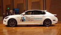 会場に展示された、自動運転の実験車両。