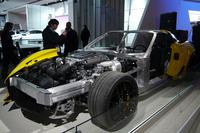 新型「シボレー・コルベットZ06」のカットモデル。脱着式のルーフを備えながらも、十分なボディー剛性を確保しているという。