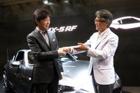 マツダの山本修弘氏(右)と中山 雅氏(左)。中山 雅氏はこれまでND型「ロードスター」のチーフデザイナーを務めてきた。