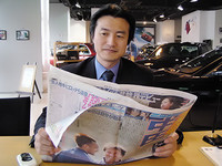 れいのスポーツ新聞を読む、南原竜樹氏。最近、床屋に行く暇もなく、髪が伸びました。