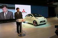 スピーチをする三菱自動車工業の益子修社長と、「i MiEV SPORTS」。