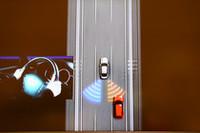 斜め後方に追走車がいるときにステアリングを切ろうとすると、VDCが作動。反対側に曲がろうとするヨーを発生させ、直進状態を維持する。