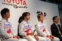 記者会見に臨む、(左から)小林可夢偉、ティモ・グロック、ヤルノ・トゥルーリ、そして山科忠氏の4人。