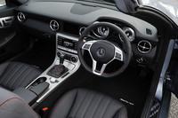AMGスポーツパッケージが装着されたテスト車には、専用デザインのステアリングやシート、チェッカーフラッグデザインのメーターパネルなどが採用される。