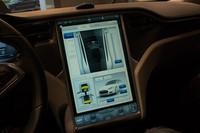 スクリーンパネルの様子。Linuxをベースに開発された専用のOSで、車両に関わるさまざまな操作が可能なほか、地図表示やインターネットブラウザーの機能も搭載する。