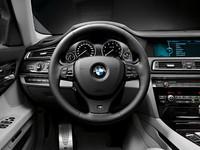 インテリアには、スポーツシート(運転席&助手席、電動調整式)、BMW individualアンソラジットルーフライニング、マルチファンクションMスポーツレザーステアリングホイールなどが装備される。