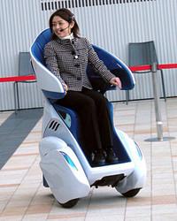 「i-REAL」を軽快に操縦するデモンストレーター。2009年11月3日、東京ミッドタウンにて。