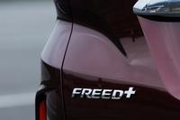 テールゲートに装着された「FREED+」のバッジ。従来モデルでは「フリード」の2列シート車は「フリードスパイク」という車名だったが、現行型からは「フリード+」となった。