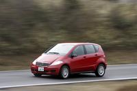 パワーステアリングは、車速感応式の電動式を採用した。