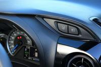 「ヴィッツ」には、レーザーレーダーと単眼カメラを併用した安全装備「Toyota Safety Sense C」が標準装備またはオプションとして用意される。写真右上に見えるのは、その一部機能のオンオフスイッチ。