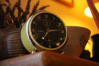 幼少時、わが家にあったユンハンス製目覚まし時計の同型品。パリの知人宅にて。