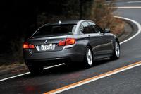 BMW 523d Mスポーツ     ボディーサイズ:全長×全幅×全高=4920×1860×1470mm/ホイールベース:2970mm/車重:1780kg/駆動方式:FR/エンジン:2リッター直4 DOHC 16バルブ ディーゼル ターボ/トランスミッション:8AT/最高出力:184ps/4000rpm/最大トルク:38.7kgm/1750-2750rpm/タイヤ:(前)245/45R18 (後)275/40R18/価格:683万円(消費税5%込み)