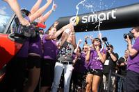 「16人乗りスマート」成功をシャンパンで祝うチアガールたち。
