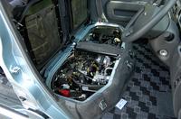 エンジンはフロントシートの下に収まる。パワートレインは新型から、全グレードターボエンジン+4ATとなった。