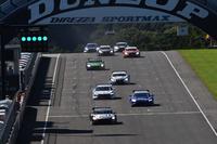 GT500クラスのスタートシーン。予選2番手のNo.100 RAYBRIG NSX CONCEPT-GTは、レース中盤でトップに。