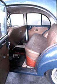 タクシーキャブの「主役」である後席。トラックシャシーのためフロアが高く、乗降はややしずらい。シート地や内張もオリジナルのままである。