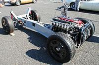 パドックに展示されていた謎のベアシャシー。前後ダブルウィッシュボーンのサスペンションアームは新造されたもので、スプリングは車高調整式。ブレーキはブレンボで、ホイールも新しい