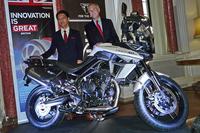 「トライアンフ・タイガー800XCx」と、トライアンフモーターサイクルズジャパンの野田一夫 代表取締役社長(左)、ティム・ヒッチンス在日英国大使(右)。