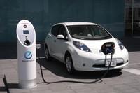 日産グローバル本社1Fに設置されている急速充電器。このほか駐車場内にある急速充電器ふたつを含む計7基の充電器があり、それらすべてが太陽光発電でまかなわれる。