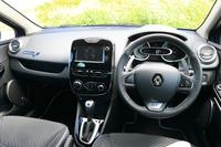 インテリアではステアリングホイールやシートのヘッドレスト、サイドシルなど、各所に「GT」のロゴをあしらっている。