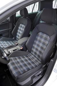「GTI」では赤だったシートのチェック柄が「GTE」では青に。これと併せて、ステアリングホイールやシフトセレクター、シートなどに施されるステッチの色も青とされる。