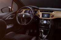 「DS 3パフォーマンス ブラックスペシャル」のダッシュボードにはゴールドのアクセントがあしらわれる。日本仕様は右ハンドルのみとなる。