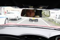 一般道で「トヨタ86」をドライブする。フレームレスのルームミラー(写真)や細身のAピラーが採用されるなど、視界の確保にもこだわりが見られる。