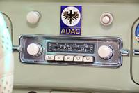 1963年型「フォルクスワーゲン・ビートル」のブラウプンクト製ラジオ。4バンドが受信できる。