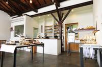 白を基調とした明るい店内。お店の名前が示すとおり、購入したパンや焼き菓子は、こちらでいただくこともできる。(著者撮影)