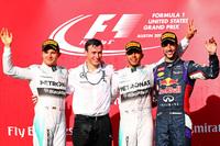 F1第17戦アメリカGPの表彰台。優勝したのはメルセデスのルイス・ハミルトン(右から2番目)で、9月のイタリアGPから5連勝。2位にはハミルトンのチームメイトでランキング2位のニコ・ロズベルグ(一番左)、3位は同じくチャンピオンシップ3位につけるレッドブル駆るダニエル・リカルド(一番右)が入った。(Photo=Red Bull Racing)