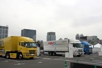 屋外展示会場には乗用車のみならず、こうした大型車や二輪車メーカーも展示を行っている。