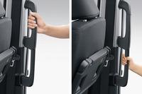 大型の乗降用アシストグリップを搭載。身長の低い子供でもつかみやすい高さに取っ手が付いている。