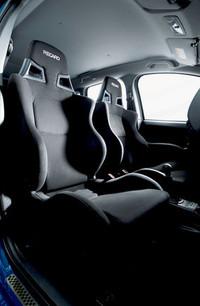 インテリアには、レカロ製のフロントバケットシートや本革巻きステアリングホイール&シフトノブ、カーボン調加飾パネルが装備される。