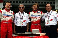 11年のGPキャリアに終止符を打つオリヴィエ・パニス(左)。(左から)トヨタ自動車の齋藤明彦副社長、今回からトヨタを駆ることになったヤルノ・トゥルーリ、そしてトヨタ自動車の張富士夫社長が、大ベテランの長年の健闘と功績を称えた。F1参戦3年目、50戦の節目を鈴鹿で迎えたトヨタ勢は、予選でこそトゥルーリが6位につけたものの、レースではトゥルーリ、パニスともにタイヤの不調などに苦しみ、トゥルーリ11位、パニス14位と下位に沈んだ。(写真=トヨタ自動車)