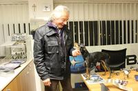 80歳の現役スバル販売店オーナー、ニコロ・マージさんと愛犬。