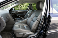 シートは本革のスポーツタイプ。運転席は電動調節式である。