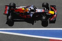 シーズン序盤にメルセデス、フェラーリから後れを取ったレッドブル。パワー不足を補うべく、スペインでは空力パッケージを見直してきた。ダニエル・リカルド(写真)は予選6位、レースでは上位の脱落もあり今季初表彰台となる3位でゴール。予選でのタイム差は縮めてきたが、レースでは1分以上も遅れてしまった。まだ2強と肩を並べるまでには至っていない。(Photo=Red Bull Racing)