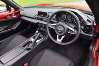 「S」のインストゥルメントパネルまわり。インフォテインメントシステム非装着車には、AM/FMラジオが搭載される。