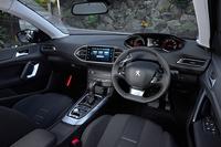 「308SWシエロ」のダッシュボード。中央のタッチスクリーン式ディスプレイではエアコンやオーディオ、ナビゲーションなどの操作が可能だ。(カーナビゲーションシステムは販売店装着オプション)