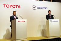 記者会見に臨むトヨタの豊田社長(左)とマツダの小飼社長(右)。両メーカーは2015年に協力関係の構築に向けた覚書に調印。2年間の検討期間を経て、今回の資本業務提携が実現した。