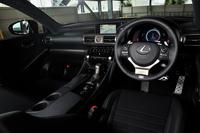 """水平基調のインパネ形状が特徴的な車内。""""Fスポーツ""""の内装色には写真のブラックに加え、トパーズブラウン、ダークローズの全3色が用意されている。"""