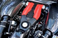従来の4.5リッター自然吸気ユニットと比べると、3.9リッターツインターボユニットはエンジン高が低い。エンジン単体の重心は5mm低められている。