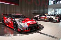 会場に並べられた、SUPER GT参戦マシン(手前:GT500クラス/奥:GT300クラス)。