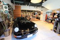 ポディウムカフェでは、店内とエントランスの2カ所で常時クルマの展示が行われている。この日は964世代の「ポルシェ911スピードスター」が展示されていた。