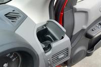 保温保冷機能付きのドリンクホルダー。ペットボトルのキャップを隅に留め置ける。