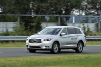 会場ではFF車用ハイブリッドシステム搭載車の試乗も行われた。テスト車は日本未導入の「インフィニティJX」。
