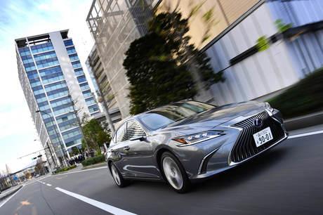 """日本国内での販売がいよいよ始まった、レクサスのセダン「ES」。新型では、従来モデルで好評だった""""快適性..."""