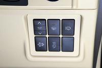 運転席右側のコントロールパネル。万が一、排出ガス浄化装置内のフィルターの再生がうまくいかず、ススが規定値を超えて堆積した場合、手動でススを燃焼処理するための「排出ガス浄化スイッチ」が備わっている(下段左)。