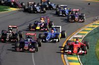 スタート直後、フェラーリのキミ・ライコネン(一番右)がわずかにコースを外れ、フェリッペ・ナッサー(中央)と接触。その影響で一番外側にいたロータスのパストール・マルドナドがウォールの餌食となり、セーフティーカーが導入された。(Photo=Toro Rosso)